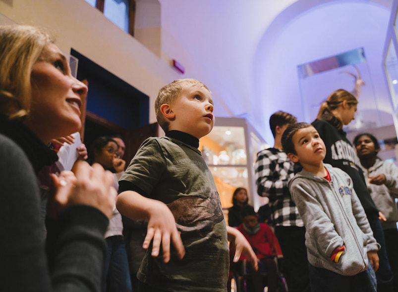 bambini in visita a un museo