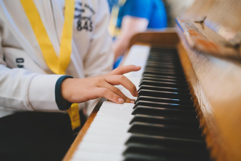 bambini imparano a suonare il pianoforte